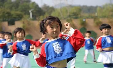 海亮小学举行一、二年级队形队列体操比赛
