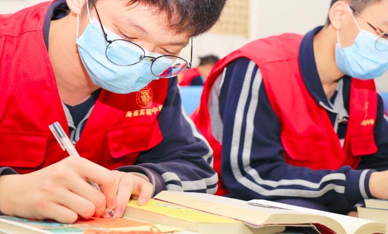 海亮实验中学组织师生向新疆阿瓦提地区捐赠书籍