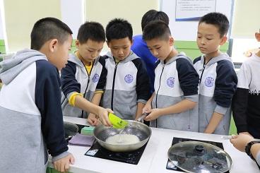 海亮小学家政课:孩子动手学做饭更懂感恩