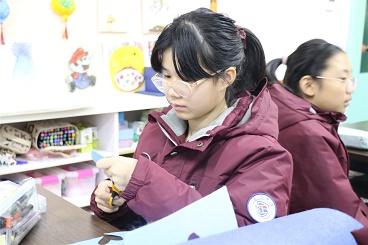 """海亮小学组织开展""""为不同的人设计感恩礼物""""活动"""