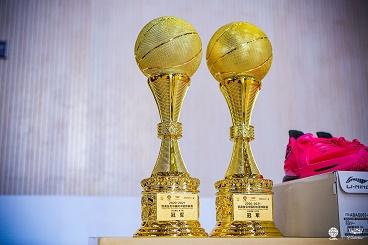 热烈祝贺海亮初中男子篮球队再次荣获冠军