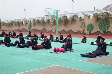 海亮小学开展学生一分钟仰卧起坐比赛活动