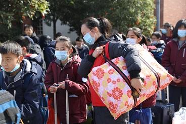 暖心!海亮小学组织党员教师义务帮学生搬运行李