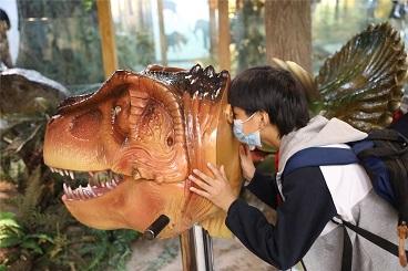 海亮小学组织六年级全体学生参观浙江省自然博物馆和科技博物馆