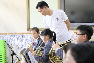 袁才钢老师莅临海亮小学指导管乐团排练