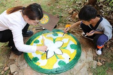 海亮小学开展校园井盖涂鸦活动