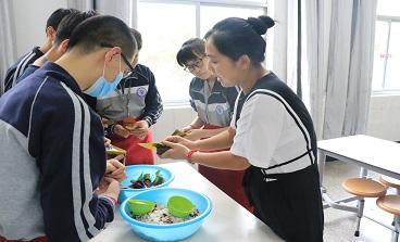 天马初中:校园扬传统,端午品香粽