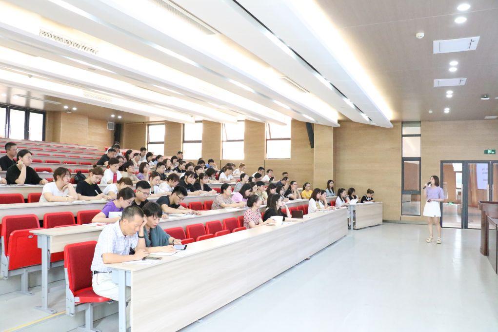 专业成长 重点突破 ——海亮初级中学班主任学习会议